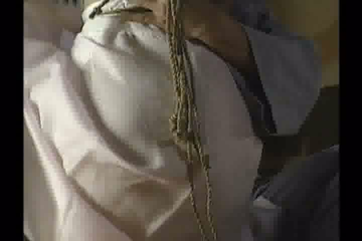 着物姿のマゾ熟女が片足吊り緊縛…ボールギャグを嵌められた口からは涎を、股間からは愛液を垂れ流す